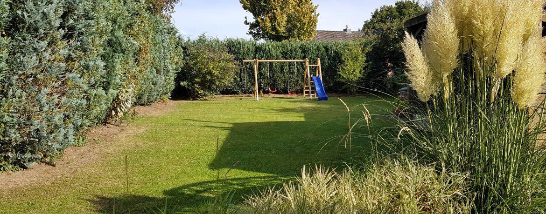 Großer Garten mit Schaukel und Rutsche