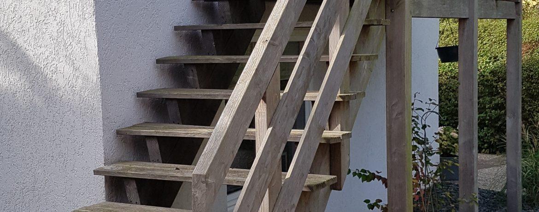 Treppen von Balkon zur Terrasse