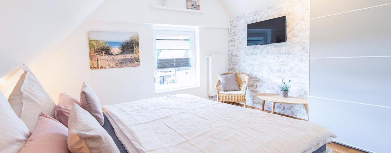 Elternschlafzimmer mit TV und Kleiderschrank, Kinderbett kann problemlos mit auf gestellt werden